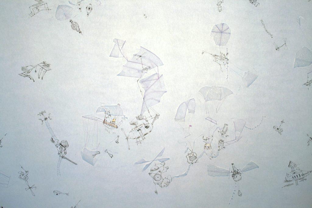 """Machines volantes imaginaires dessinées sur une fresque papier grand format, """"Les Corps légers"""", jeu d'ombre et de lumière, installation d'Irène Bonacina"""