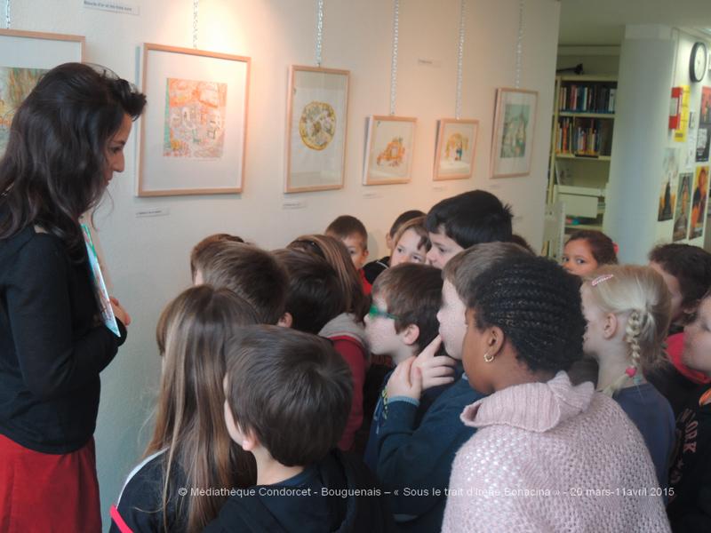 """Irène Bonacina accueillant une classe élémentaire lors de son exposition """"Sous le trait d'Irène Bonacina"""" à Bouguenais en 2015"""